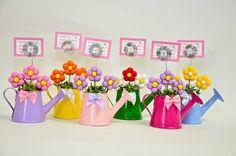 Lembrancinha regador de metal, com flores em biscuit, fazemos em várias cores. Ideal para aniversário do tema jardim, joaninha, ou nascimento. Acompanha cartão personalizado, embalagem e fita. R$ 7,90