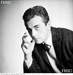 Andrzej Łapicki, aktor. Fotografia portretowa z papierosem. Narodowe Archiwum Cyfrowe