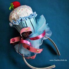 SELBSTGEMACHTES MUFFIN KOSTÜM. Ein super schöner, origineller Cup Cake auf dem Haarreifen rundet das selbst genähte Kostüm ab. Kleiner Hut mit großer Wirkung.