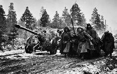 Les soldats tirant camouflés artillerie sur des routes boueuses.  Le Front de Leningrad.  [Archive RIA Novosti, l'image n ° 286 /…
