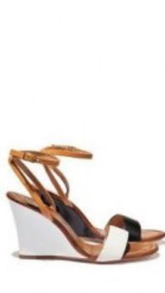 Scarpa aperta con tacco comodo anche se c'è il cinturino il tacco compensa e slancia la gamba