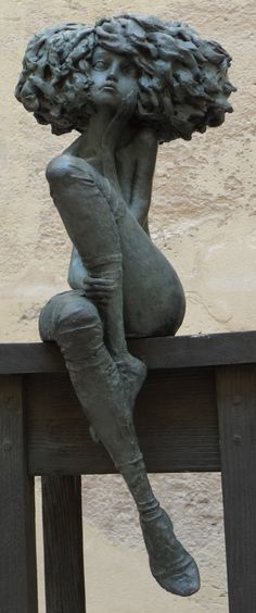 "Les ""petites bonnes femmes"" de Valérie HADIDA - More at http://www.lilavert.com/blog_lilavert/les-petites-bonnes-femmes-de-valerie-hadida-sculpteur-et-peintre/(Thx Loris)"