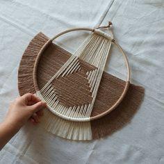 Macrame Wall Hanging Diy, Weaving Wall Hanging, Macrame Art, Macrame Design, Weaving Art, Art Macramé, Circular Weaving, Yarn Wall Art, Keramik Vase