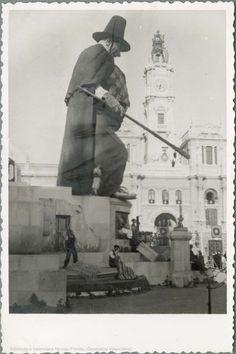 Falla con labrador con capa y sombrero en la plaza del Ayuntamiento, 1944