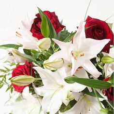 Bouquet de roses rouges et lys blancs moyennes tiges (livré sans le vase).Le lys et la rose se font les ambassadeurs de vos sentiments.