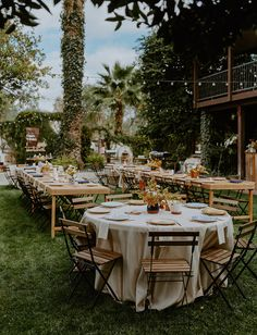 Western meets European Backyard Wedding- This backyard wedding combined European Flair and Western Aesthetic with Spanish tiles, antique dinnerware, a fringe wedding veil, and bolero ties. This is the ultimate in modern wedding style! Dream Wedding, Wedding Day, Wedding Veil, Autum Wedding, Wedding Ceremony, Wedding Tuxedos, Wedding Dresses, Wedding Trends, Wedding Styles