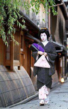 la rue japonaise avec une femme qui marche