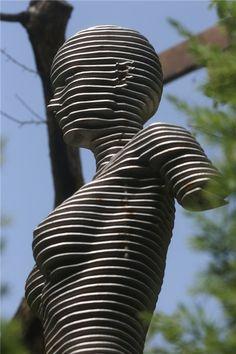 Nom et artiste inconnu. Sculpture issue de la superposition de pièces de métal découpées.