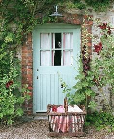 Living Room Ideas- Home and Garden Design Ideas door Pretty planters. Cottage Garden display at the Royal Chelsea Flower Show Old Doors, Windows And Doors, Beautiful Front Doors, Cottage Door, Cottage Living, Cottage Entryway, Rustic Cottage, Cozy Cottage, Cozy House