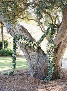 Absolutely in love with this tree and wedding ceremony garland! So beautiful!