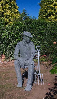 """Derek Kinzett, es un talentoso artistacontemporáneo y escultor de alambres, nacido en 1966 en Dodington Park, Gloucestershire, Reino Unido. En 1977, Derek se trasladó con su familia a Wiltshire, dondecompletaríasus estudios en Arte y Diseño en 1984, especializándose en la escultura y el diseño en tres dimensiones. En 2004 lanzó """"La colección deespíritu interior"""", una …"""