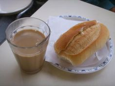 Café com leite e pão francês ,esse é o principal café de muitos brasileiro,,,ainda mais quando o pão está crocante.