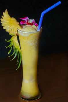 Hol dir die Karibik einfach nach Hause, mit einem Ananas #smoothie . Ananassaft ist ein  natürliches Hausmittel gegen Husten. Der Saft dieser säuerlich-süßen Frucht, ist bis zu fünf Mal stärker als Hustensaft. Die #ananas  ist ein so richtig #kalorienarm. Was liegt da nahe als sich gleich einen Ananas Smoothie zu machen. #smoothierecipes #shake Hurricane Glass, Shake, Smoothies, Drinks, Tableware, Poor Mans Recipes, Pineapple Juice, Cough Medicine, Natural Home Remedies