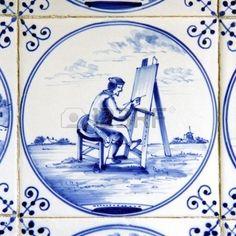 Dit is een delftsblauwe tegel met daarop een man die schildert.