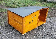 dog house made with pallets wood Wood Dog House, Pallet Dog House, Wooden Projects, Diy Pallet Projects, Pallet Ideas, 1001 Pallets, Wood Pallets, Homemade Dog House, Outside Dog Houses