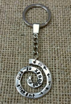 Llavero personalizado con Frase. Bañado en plata. Grabado artesanal con punzones.