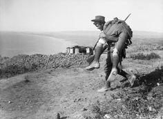 Un soldato australiano trasporta un compagno ferito verso l'ANZAC Cove