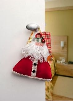 Santa door hanger - Portuguese site with pattern template but no instuctions Christmas Sewing Projects, Felt Crafts, Christmas Crafts, Christmas Ornaments, Felt Projects, Christmas 2016, Christmas Holidays, Natal Diy, Santa Doll