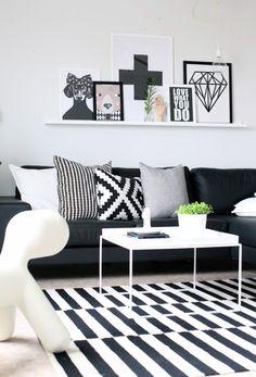 Geometryczne wzory. Bardzo podoba mi się dywan (chciałabym taki sam ;)), biały stoliczek, poduszki i kompozycja z grafik na pułce