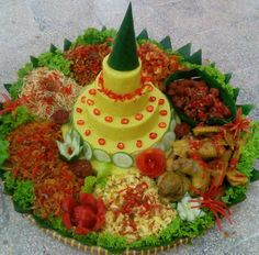Boodle Fight, Boodles, Indonesian Food, Creative Food, Asian Recipes, Catering, Food And Drink, Menu, Drinks