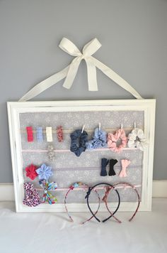 Picture frame + ribbon + hooks = diy bow and headband organi Craft Projects For Kids, Diy Crafts For Kids, Craft Ideas, Diy Crafts For Boyfriend, Diy Hooks, Friend Crafts, Creation Deco, Barrettes, Diy Bow