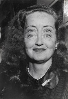 Bette Davis, 1950. Photo by Weegee (Arthur Fellig, 1899 - 1968). This really messes with my glasses
