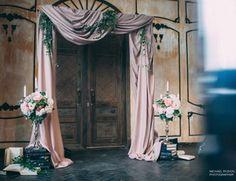 Легкая инсталляция для фотозоны... Мягкие драпировки интерьерных тканей @studia.armandi сделали привычную арку уютной и романтичной... Мы лишь добавили книг и лёгкой флористики... Декор @bloombox_decor Фото @michael_ryzhov_photographer Фотофактура #цветочныйчемодан #пионы #оформление #декор #свадьба #выезднаярегистрация #арка #декор #weddindday #weddingdecor #weddingparty #wedding #decor #декорсвадьбы