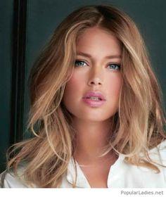 Blonde messy hair and natural makeup