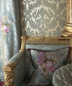 artnlight: Tricia Guild - Designers Guild at Lavender Fields. Love these fabric Damask walls! Designers Guild, Home Interior, Interior And Exterior, Interior Decorating, Interior Design, Decorating Ideas, Interior Ideas, Room Inspiration, Design Inspiration