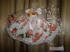 Roupas para bonecas. Neste modelo contém: Vestido, Bolsa e Chapéu  PS: Tecidos, tons e estampas, podem variar!  *** Serve em qualquer bonecas tipo Barbie, Susi e similares. (originais ou não) ***  BONECA NÃO INCLUSA CASO QUEIRA COM A BONECA, FAVOR INFORMAR R$ 30,00