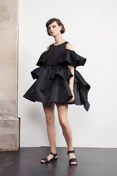 Dice Kayek Resort 2019 Fashion Show Collection: See the complete Dice Kayek Resort 2019 collection. Look 8 Fashion 2020, Runway Fashion, High Fashion, Luxury Fashion, Fashion Trends, Casual Day Dresses, Fashion Details, Fashion Design, Haute Couture Fashion