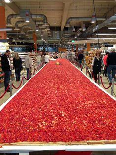 Edeka ist wirklich der Angeber unter den Supermärkten. Beweisstück: Diese Erdbeertorte.
