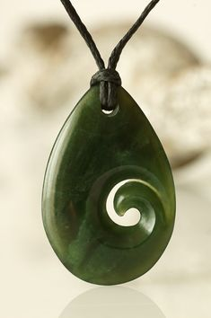Koru aus Jade in Tropfenform & Nbsp; Jade pendant Koru in drop form as a symbol of a new life in purity. Polymer Clay Pendant, Polymer Clay Jewelry, Resin Jewelry, Jewellery, Jade Jewelry, Stone Jewelry, Silver Jewelry, Dremel Carving, Carving Designs
