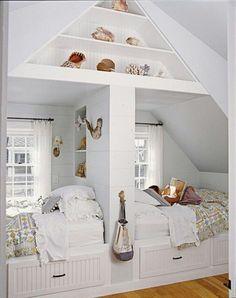 Mooie slaapkamer op zolder, met zelfgemaakte bedden. Romantische uitstraling door het vele wit en de kussens op de bedden.