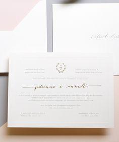 Convite de casamento tradicional com impressão em serigrafia e hotstamping dourado, tamanho 21x29 cm, almofada, impressão interna no envelope e relevo seco.