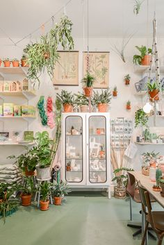 Home decor and design inspirations in Pantone 2017 interiors in Greenery Pantone color of the year Interior Garden, Interior And Exterior, Modern Greenhouses, Rue Verte, Pantone Greenery, Home Design, Interior Design, Design Ideas, Design Interiors
