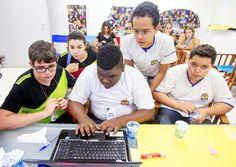 Vitor Mazzo (de camiseta preta e verde) participa, ao lado de colegas, de oficina de programação no Instituto Ayrton Senna, em São Paulo (Foto: Rogério Cassimiro/ÉPOCA)