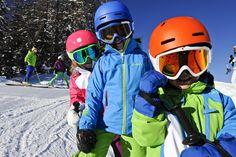 Familientaugliches Skifahren in Carezza!  Das Skigebiet Carezza bietet Familien wie kaum eine andere Winterdestination ein vielseitiges Programmangebot auf und abseits der Piste, viel Service und gute Vernetzung. Dazu noch eine Bergkulisse, die bei Sonnenuntergang auf jeden Fall alle glücklich macht. Bicycle Helmet, Skiing, Ski, Family Vacations, Sunset, Cycling Helmet
