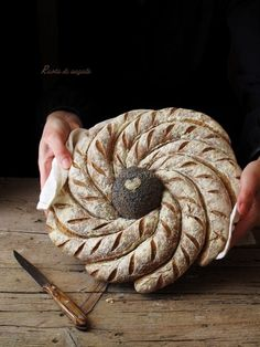 Ruota di segale Bread Display, Bread Recipes, Cooking Recipes, Bread Shaping, Bread Art, Bakery Packaging, Pastry Art, Bakery Design, Vegan Kitchen