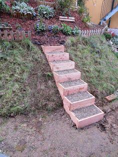 DIY-Anleitung für einfache Gartenstufen aus Holz. So könnt ihr zwei Ebenen schön miteinander verbinden! Picturesque instruction for DIY wooden garden steps ::: Hang zum Grünen