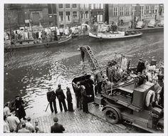 Car in canal (Singel) being hoisted by fire-brigade / Auto in de gracht (Singel) wordt door de brandweer getakeld, 1954, November 12