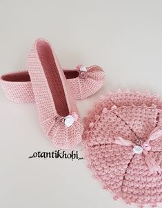 Babet Booties and Bath Fiber, For ordering please contact me from DM . Crochet Slippers, Crochet Hats, Shoe Recipe, Diy And Crafts, Baby Shoes, Fiber, Booty, Instagram, Recipes