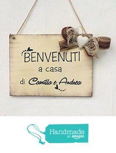 "Targa in legno di benvenuto : "" Benvenuti a casa di... "" da Laura Idee Creative https://www.amazon.it/dp/B01M6W71IP/ref=hnd_sw_r_pi_dp_KB.yybAQPADTH #handmadeatamazon"