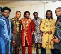 Les hommes en tenues traditionnelles très travaillées