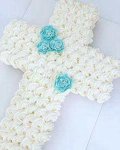 Cross Cupcake Cake 🙏🏼⛪️ #crosscake #cross #cake #cupcakecake #crosscupcakecake #crosspullapartcake #buttercream #cakes #cakestagram…