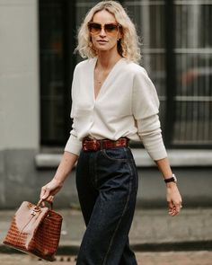 10 Perfect Winter Outfits for People Who Hate Skinny Jeans Let's face it—wearing leggings under skinny jeans isn't fun. That being said, consider these 10 winter boyfriend jean outfits. Outfit Jeans, Jeans Outfit Winter, Boyfriend Jeans Outfit, Winter Mode Outfits, Cardigan Outfits, Winter Fashion Outfits, Autumn Winter Fashion, Cardigan Fashion, Moda Preppy