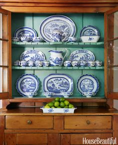 Cupboard with painted interior and blue and white porcelain Blue Willow China, Blue And White China, Blue China, Blue Willow Decor, Blue Green, White Dishes, Blue Dishes, White Plates, Chinoiserie Chic