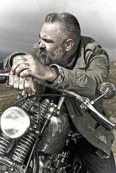 Questo è un uomo in moto! Un vero harley man. Altro che i soliti harleysti della domenica con la moto da €30.000 che non sanno neanche tenerla dritta al semaforo...