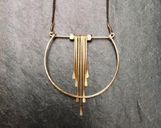 ~ Art Deco geometrische gehamerd vlam ~  Gevormd en gesmeed op blinkend koper ketting met draad wrap detaillering op de clasp, lichtgewicht en makkelijk te dragen.  * Hanger metalen opties zijn (* keten is messing):  ~ 14K Gold-Fill (aanbevolen) ~ Zilver ~ 14K Rose Gold-vulling ~ Sterling en goud-Fill  Uw keuze van de gesp:  ~ Goud-vulling kreeft * ~ Zilveren kreeft ~ Verguld/uitschakelen ~ Zilveren Toggle  * (rose gouden kettingen geleverd met een rose gouden vulling kreeft gesp.)…