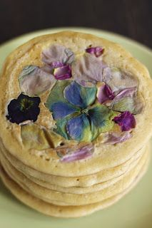 Pancakes with Edible Flowers and Homemade Lemon Curd  http://www.pancakestories.com/2015/07/flowers.html